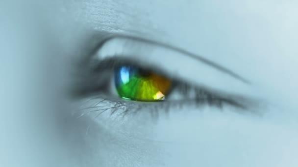Arco iris en el ojo humano — Vídeo de stock