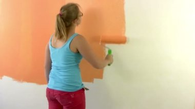 Woman painting a wall. Timelapse — Stock Video