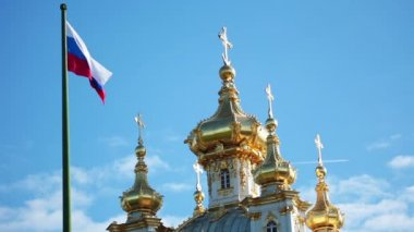 Domes of the church and Russian flag — Stock Video