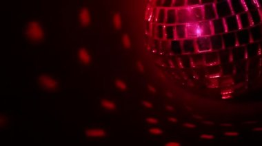 Dark background and disco ball. Seamless loop — Stock Video