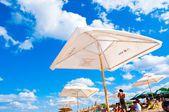 зонтик на пляже — Стоковое фото