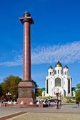 Triumphal column in the Victory square and the Cathedral of Christ the Savior. Kaliningrad (until 1946 Konigsberg), Russia — Stock Photo