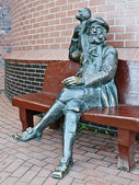Sculpture of the old skipper with a monkey on his shoulder. Fishing village, Kaliningrad, Russia — Stock Photo