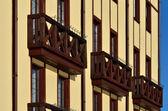 Prachtige houten franse balkons — Stockfoto