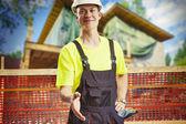Pracownik budowlany oferuje wiele — Zdjęcie stockowe