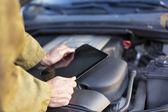 Mécanicien à l'aide de la tablette tactile — Photo