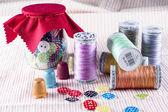 Tarro de cristal, carretes y botones de tela — Foto de Stock