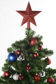 Red decorative star on the Christmas tree — 图库照片