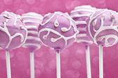 Ciasto wyskakuje na różowym tle — Zdjęcie stockowe