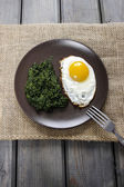 Egg with spinach for healthy breakfast. — Stock Photo