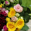 Fabulous bouquet of colorful roses on wooden tray in fresh sprin — Zdjęcie stockowe