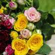 Fabulous bouquet of colorful roses on wooden tray in fresh sprin — Foto Stock