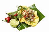 Mexikansk sallad i en tortilla på bananblad, isolerad på vit — Stockfoto