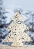 Kerstboom concept op besneeuwde landschap achtergrond — Stockfoto