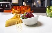 Käsekuchen und eis - süßes dessert im restaurant — Stockfoto