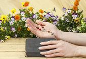 Oración más antigua biblia. fondo de madera. — Foto de Stock