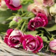 Garden party decor. Bouquet of pink roses on wicker tray, on fre — Stockfoto