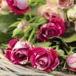 Garden party decor. Bouquet of pink roses on wicker tray, on fre — Stock fotografie