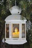 Linterna blanca colgada de una rama de abeto. enfoque selectivo. — Foto de Stock