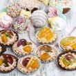Cupcakes filled with fresh fruits and marshmallows — Stock Photo #26541985