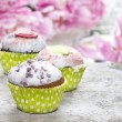 Cupcakes on rustic wooden table. Stunning peony flowers — Stock Photo
