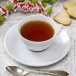 素朴な木製のテーブルの上の小さいケーキと紅茶のカップ — ストック写真