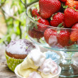 Marshmallows, cupcakes and strawberries on party table — Stock Photo