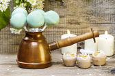Groene taart pop's op houten achtergrond, lente set. — Stockfoto