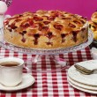 Strawberry pie on cake stand, fuchsia background — Stock Photo