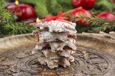 świąteczne pierniki w kształcie gwiazdy na drewnianej tacy — Zdjęcie stockowe