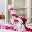 Stunning wedding decoration made of pink and red roses. — Stock fotografie
