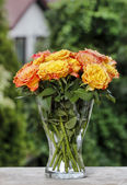 Bouquet of stunning orange roses on wooden table — Zdjęcie stockowe