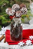 Chokladkaka dyker i jul miljö — Stockfoto