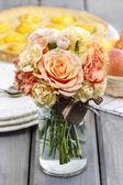 Ramo de rosas pasteles sobre tabla de madera gris. enfoque selectivo — Foto de Stock