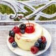 Round vanilla cake decorated with fresh fruits. Garden party. — Stock Photo