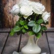 Stunning white roses in ceramic vase. Beautiful bouquet — Stock Photo