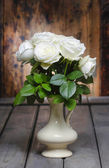 Stunning white roses in ceramic vase. Beautiful bouquet — Stock Photo