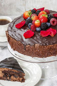 Chocolate cake with strawberries. Birthday party table — Foto Stock