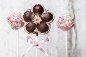 Schokoladenkuchen erscheint in blütenform, aufwendig verziert — Stockfoto