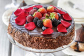 Chocolate cake with strawberries. Birthday party table — Foto de Stock