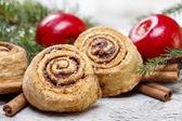 Skořice rolích v prostředí vánoční — Stock fotografie