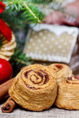Cinnamon rolls in christmas setting. Selective focus — Stock Photo