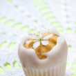 Tiny cakes covered with icing, decorated with edible flowers — Stock Photo
