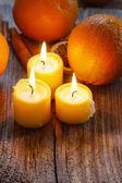 красивые золотые свечи на деревянный стол. — Стоковое фото