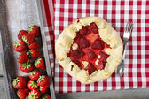 Strawberry galette. Summer pie filled with fresh juicy fruits — Foto de Stock