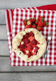 Strawberry galette. Summer pie filled with fresh juicy fruits. — Foto de Stock