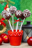 Chocolate cake pops in christmas setting. Green shiny background — Stockfoto