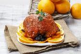 Carne de porco servido em laranjas. — Fotografia Stock