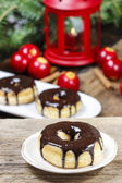 Beignet de Noël au chocolat sur la table en bois. beau Noël — Photo