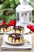 Buñuelo de navidad con chocolate en la mesa de madera. hermosa navidad — Foto de Stock